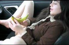 Een banaan kopen om in de auto haar kutje mee te neuken