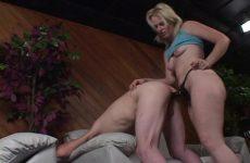 De dominatrix laat haar slavin de voorbind kunstlul pijpen en naait hem anal