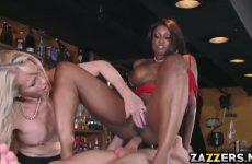 De ebony zuigt en word anal geketst waarna het blondje een beurt krijgt
