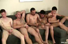 Een verscheidenheid aan homos masturberen samen