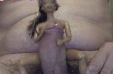 Plas sex met een pop