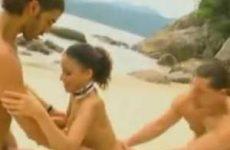 Twee jongens pijpen op het strand