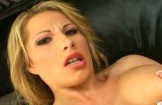 De blondine kneed de dikke tieten en masturbeert haar kale kut