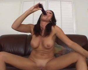 Hoerige milf neukt haar kut met een vibrator
