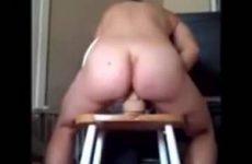 Hij filmt hoe zijn vrouw de dildo neukt
