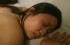 Zijn stijve lul neukt haar aziatiscche kut en anus