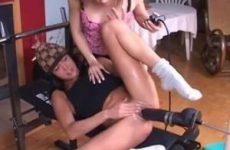 Meisjes spelen met enorme neukmachine