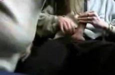 Tijdens de treinreis pijpt en trekt het meisje zijn penis af