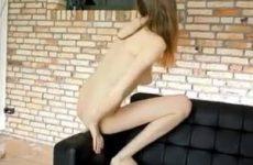 Kijk dit tiener meisje genieten van het mastuberen
