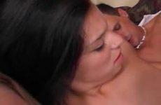 Twee jonge bisex meisjes pijpen en worden geneukt